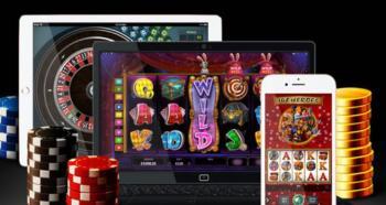 En datorskärm, en surfplatta och en mobiltelefon med casinospel omgivna av spelmarker.